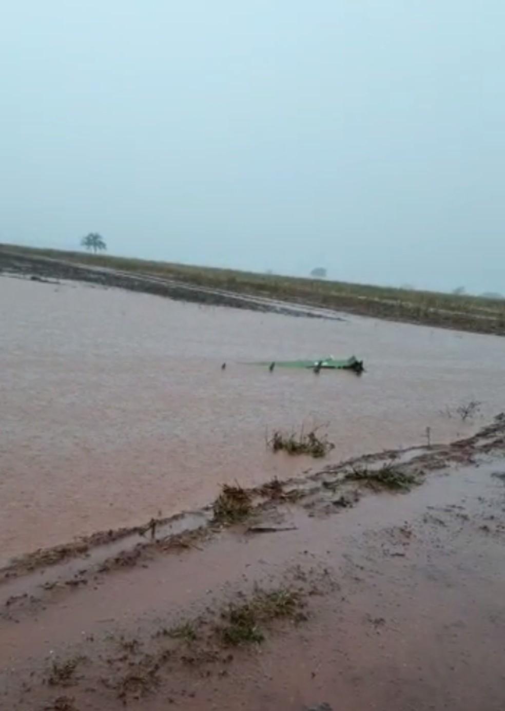 Máquina agrícola ficou submersa em plantação de soja em Suzanápolis  — Foto: Reprodução/TV TEM