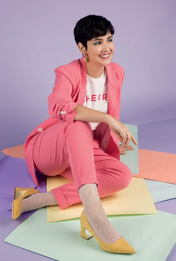Renata usa blazer e calça Renner; camiseta Amaro; sapatos Zara; meias Lupo e brincos Le Lis Blanc (Foto: Lorena Dini)