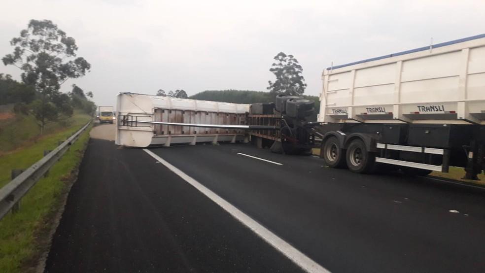 Carreta tombou na Rodovia João Hipólito Martins em Botucatu — Foto: Polícia Rodoviária / Divulgação