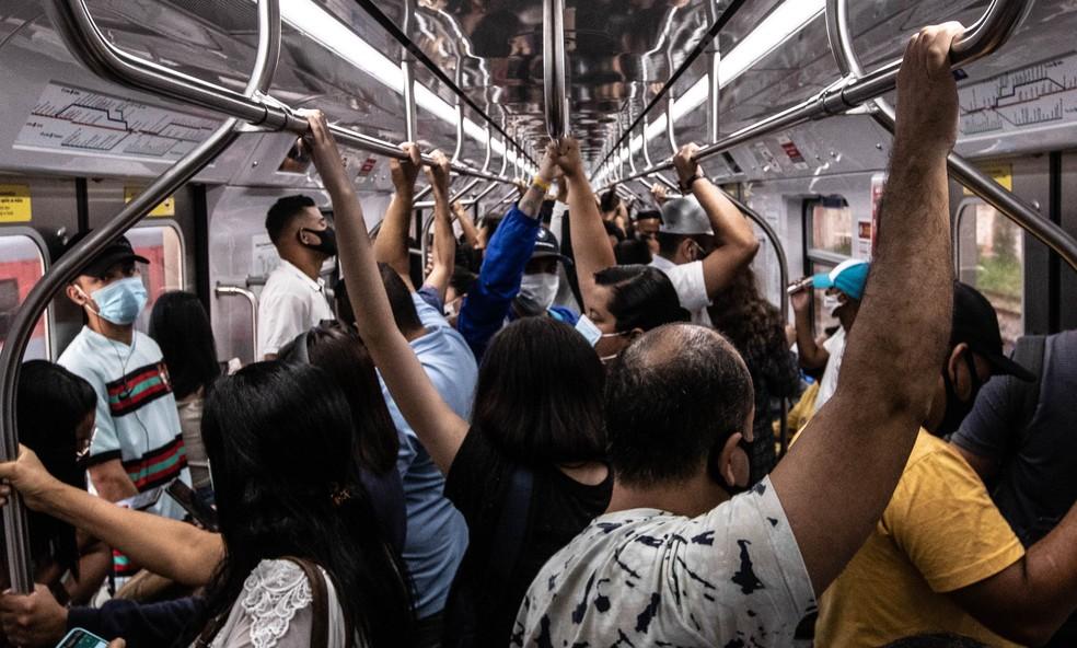 Aglomeração de passageiros em vagão de trem na Linha 11-Coral da CPTM na segunda-feira, 15, no pico da segunda onda da pandemia — Foto: Werther Santana/Estadão Conteúdo