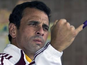 Henrique Capriles mostra o dedo pintado para marcar sua digital após registrar seu voto (Foto: Ronaldo Schemidt/AFP)