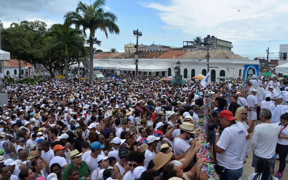 Multidão de branco acompanha Lavagem do Bonfim na Colina Sagrada (Foto: Josemar Pereira/Ag Haack)