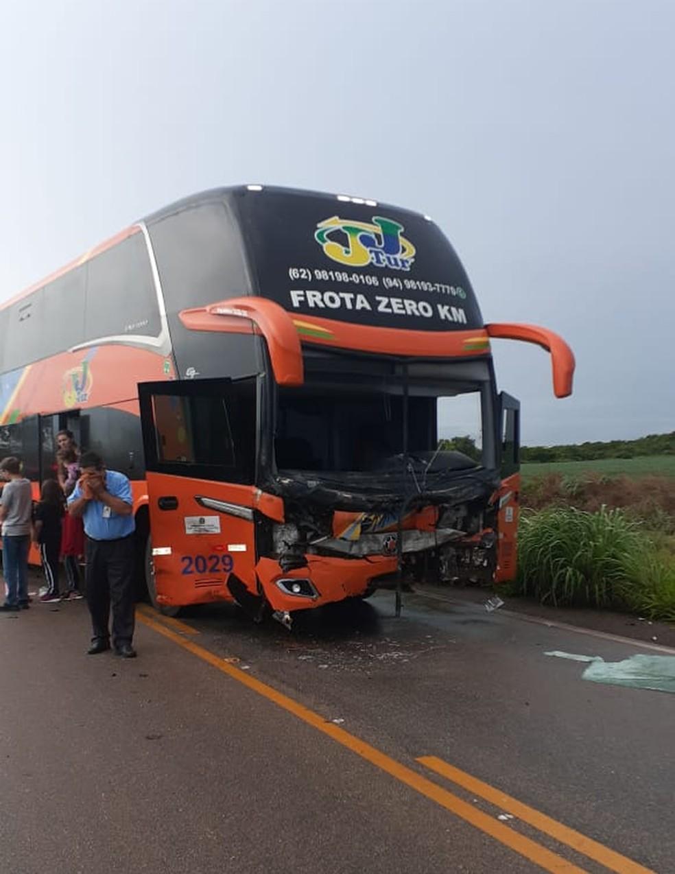 Carro bateu em ônibus no distrito de Luzimangues — Foto: Divulgação