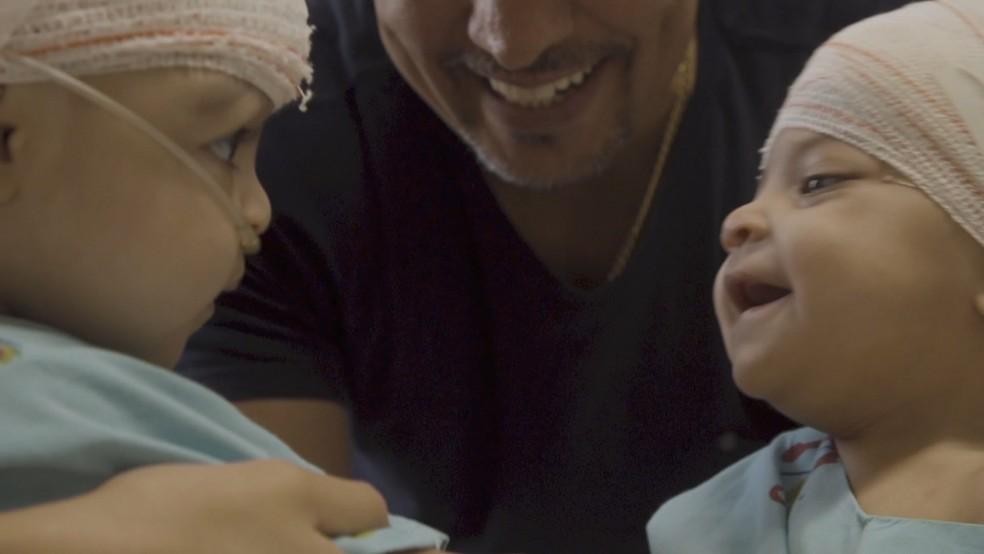 Gêmeas Lis e Mel se reencontram pela primeira vez depois de cirurgia inédita em Brasília  — Foto: TV Globo/Reprodução