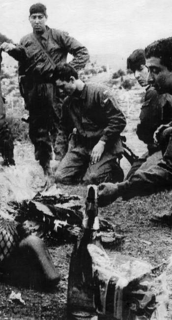 Soldados argentinos passaram o Natal de 1978 aquartelados em Ushuaia, onde acendem fogueiras para preparar o almoço