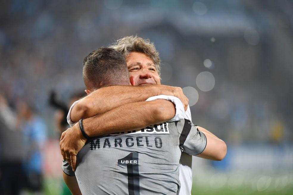 Marcelo Grohe abraça Renato na conquista da Recopa — Foto: AFP