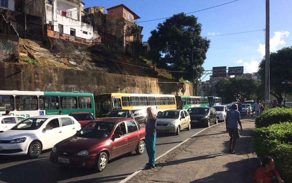 Congestionamento no Dique do Tororó em direção à Estação da Lapa (Foto: Juliana Almirante/G1)