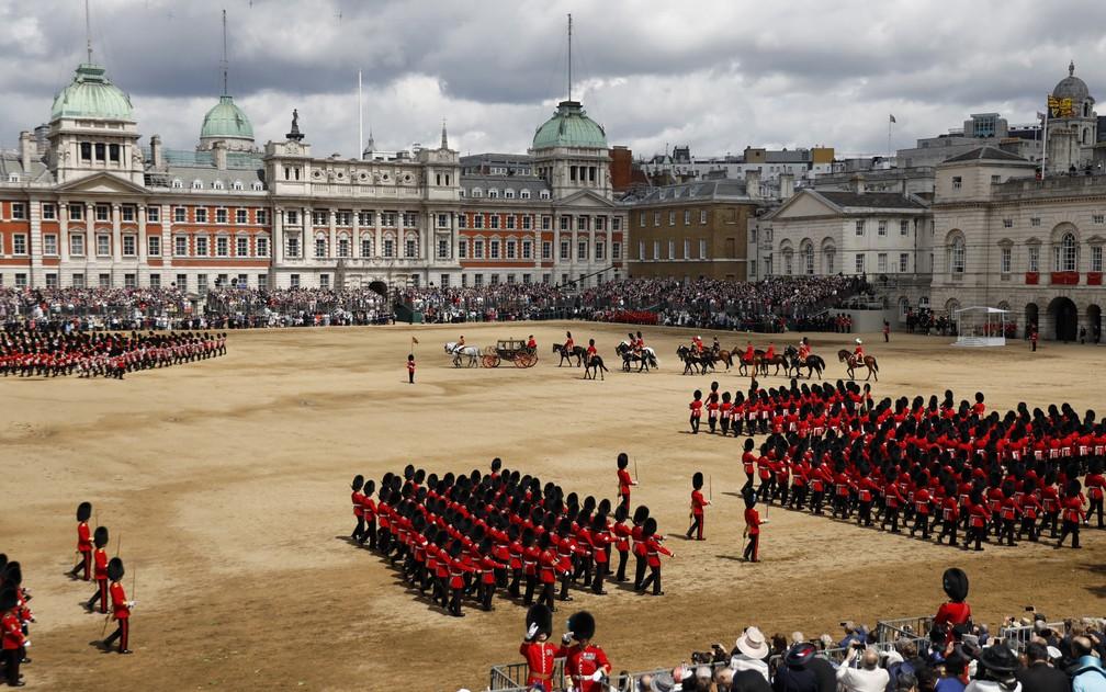 Rainha Elizabeth II em carruagem em meio à parada 'Tropping the Colour' neste sábado (8). — Foto: Tolga Akmen/AFP