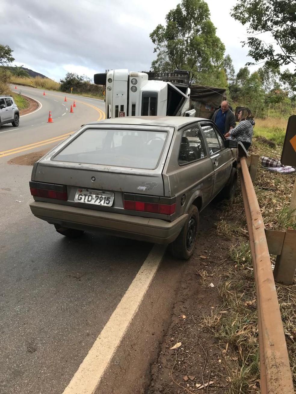 Carro de passeio não conseguiu frear e bateu na frente do caminhão — Foto: Divulgação / Polícia Civil