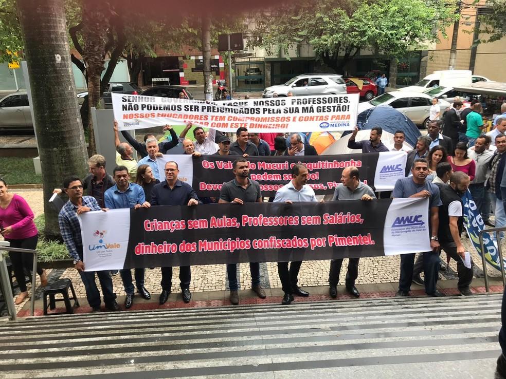 Prefeitos de várias cidades protestam na porta da ALMG contra atrasos de repasses do governo de Minas Gerais — Foto: Luciano Pereira/Associação Mineira de Municípios