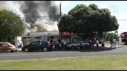 Incêndio atinge e destrói casa em avenida de Votuporanga