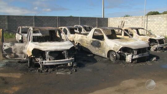 Garagem de prefeitura é invadida e carros usados para transportar servidores da saúde são destruídos na BA