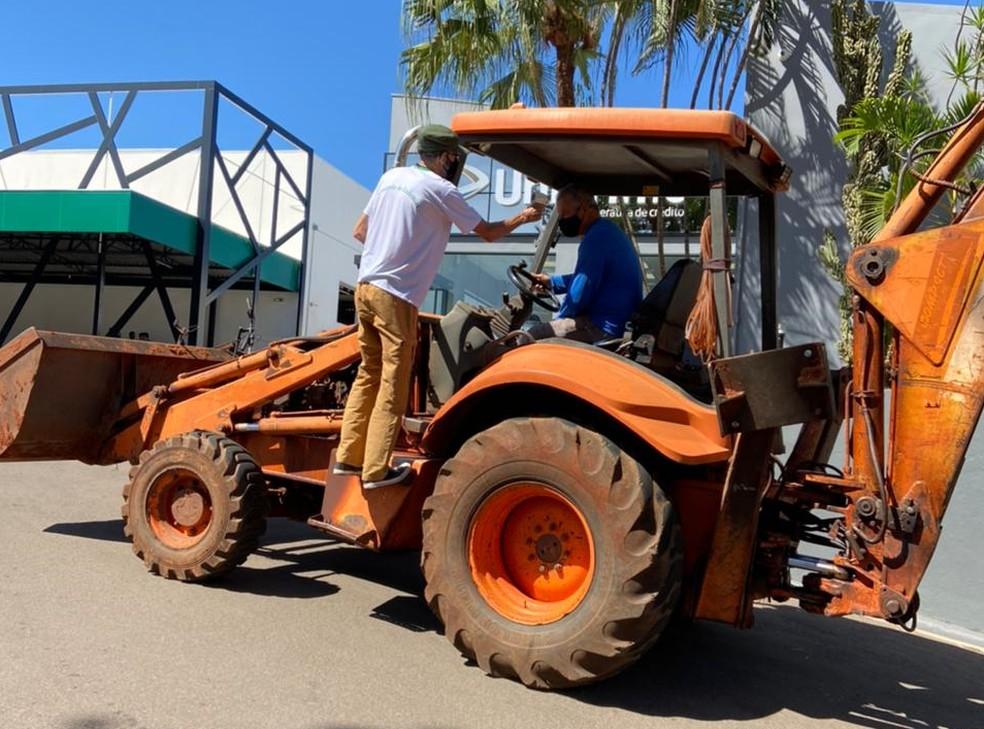 Retroescavadeira em drive-thru de vacinação chamou atenção de moradores em Assis — Foto: Arquivo pessoal