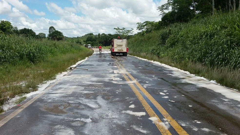 Pista da BR-364 ficou com amônia após acidente (Foto: Rinaldo Moreira/G1)