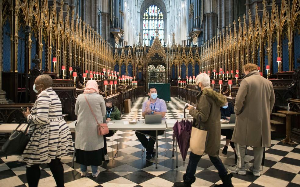 Pessoas chegam para tomar vacina contra Covid-19 no Poet's Corner, dentro da Abadia de Westminster, em Londres, em foto de 10 de março — Foto: Stefan Rousseau/PA via AP