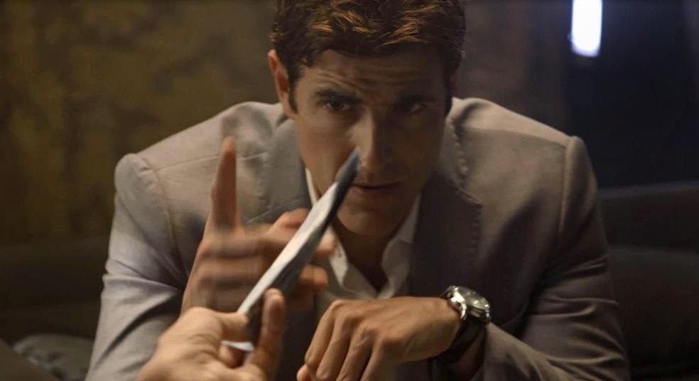 Régis (Reynaldo Gianecchini) pega muito dinheiro emprestado com um agiota, na novela 'A Dona do Pedaço' — Foto: Globo
