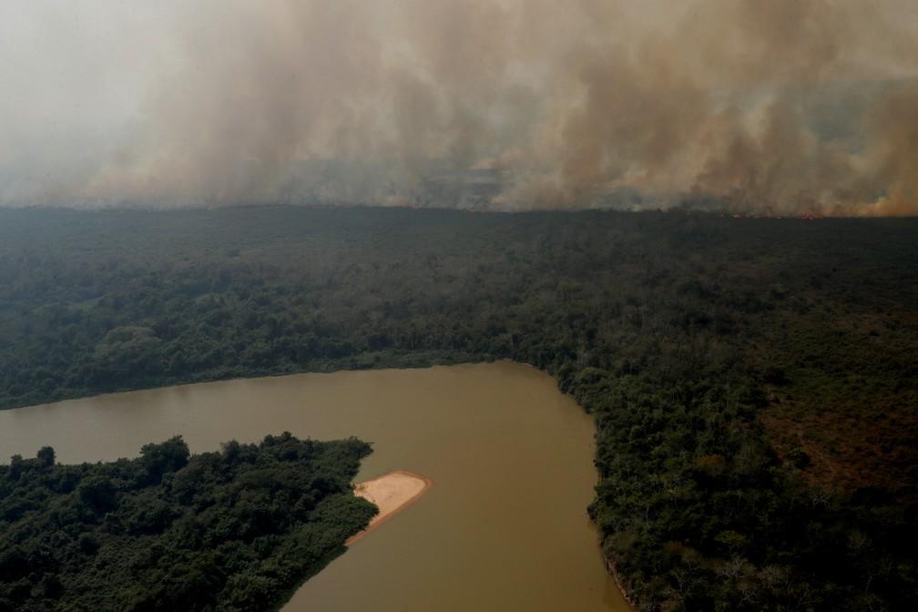 Foto aérea mostra a fumaça das queimadas sobre a vegetação ao redor do rio Cuiabá, no Pantanal — Foto: Amanda Perobelli/Reuters