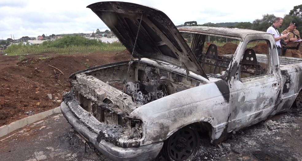 A caminhonete que motivou o crime foi encontrada queimada; segundo a polícia, os ladrões não conseguiram fechar negócio (Foto: RPC/Reprodução)