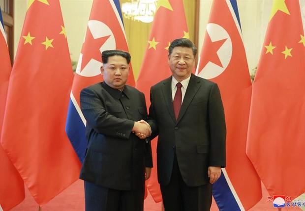Kim Jong-un e Xi Jinping. Foi a primeira viagem do líder coreano desde que subiu ao poder (Foto: EFE)