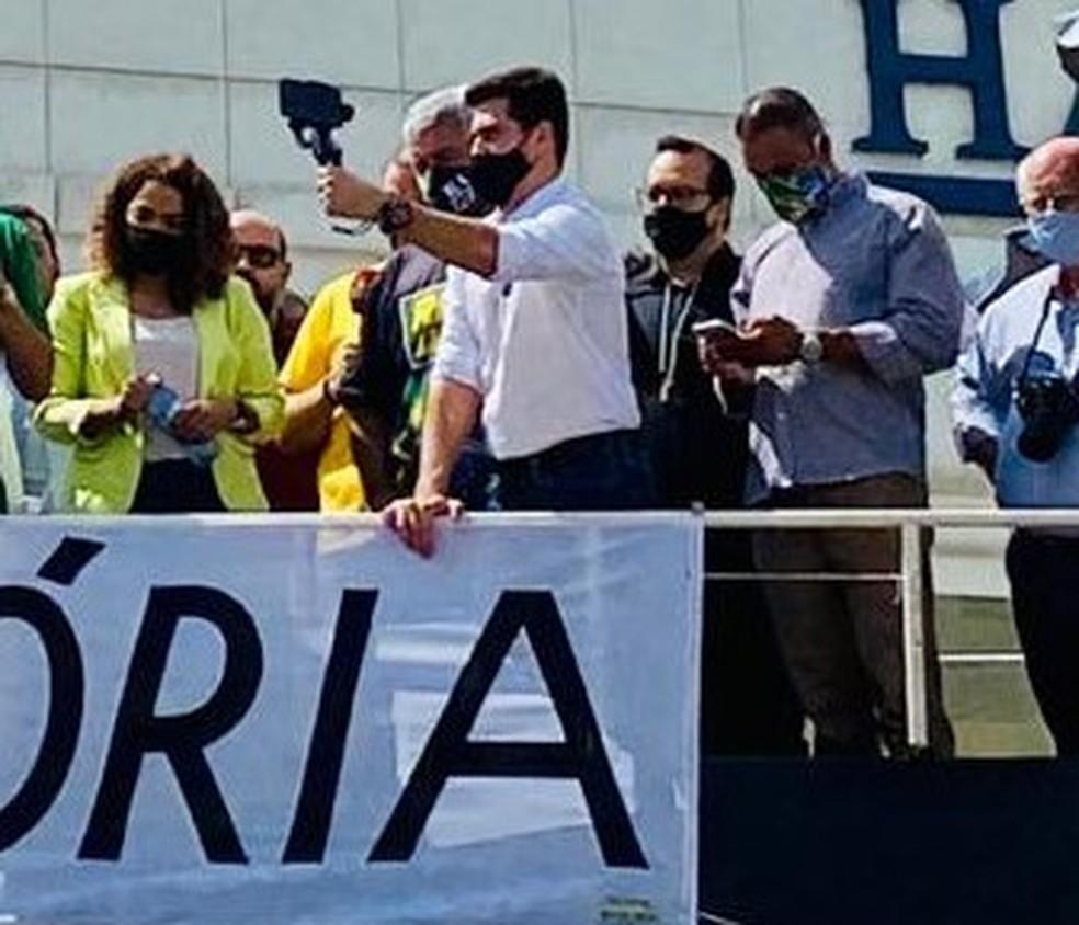 Prefeita Suéllen Rosim subiu no caminhão de som e participou do evento convocado pelo sindicato patronal do comércio — Foto: João Pedro Feza/Arquivo pessoal