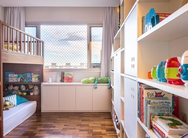 O quarto tem apenas 9,5 m², mas atende todas as necessidades dos irmãos, com espaços reservados para guardar as roupinhas, brincar, estudar e dormir (Foto: Joana França)