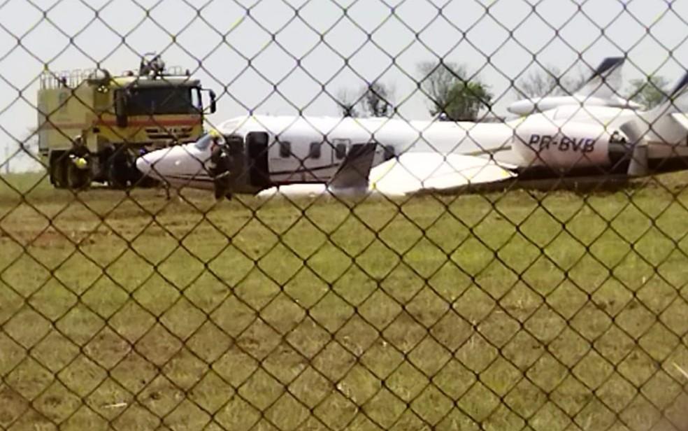 Aeronave que saiu da pista durante decolagem no Aeroporto Santa Genoveva — Foto: Reprodução/TV Anhanguera