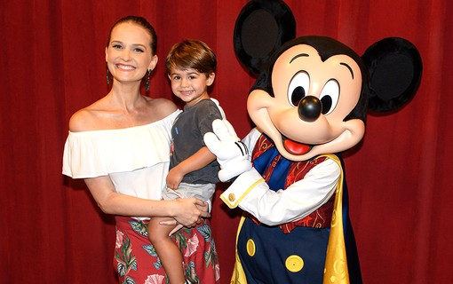 Fernanda Rodrigues com o filho, Bento Carneiro, e Mickey no Town Square Theater Disney´s Magic