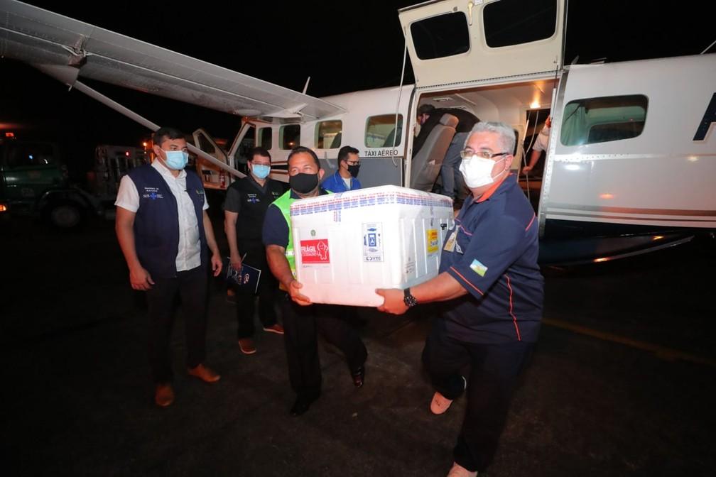 Governador Wilson Lima (esq.) acompanha chegada do imunizante a Manaus, após doses terem sido enviadas por engano ao Amapá — Foto: Divulgação