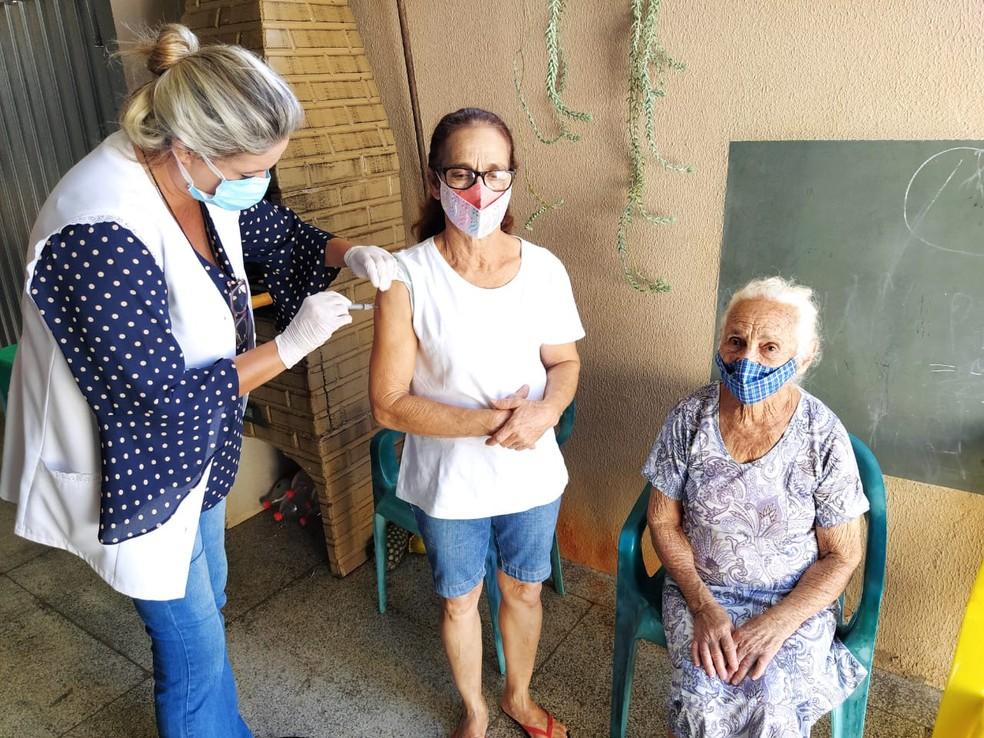 Francisca Pinheiro, de 66 anos, que atua como cuidadora de idosos, foi a terceira a ser vacinada em Fernandópolis  — Foto: Divulgação/Prefeitura de Fernandópolis