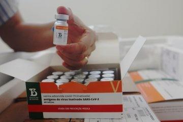 Covid-19: Mais de 4 mil pessoas foram vacinadas na BA com doses interditadas pela Anvisa