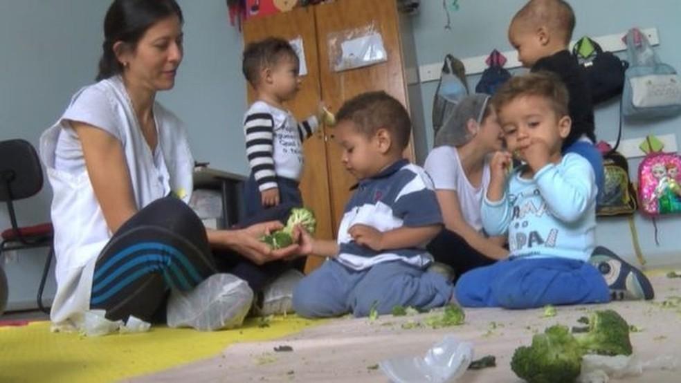 Objetivo das oficinas de texturas e sabores é familiarizar crianças com alimentos saudáveis (Foto: BBC)