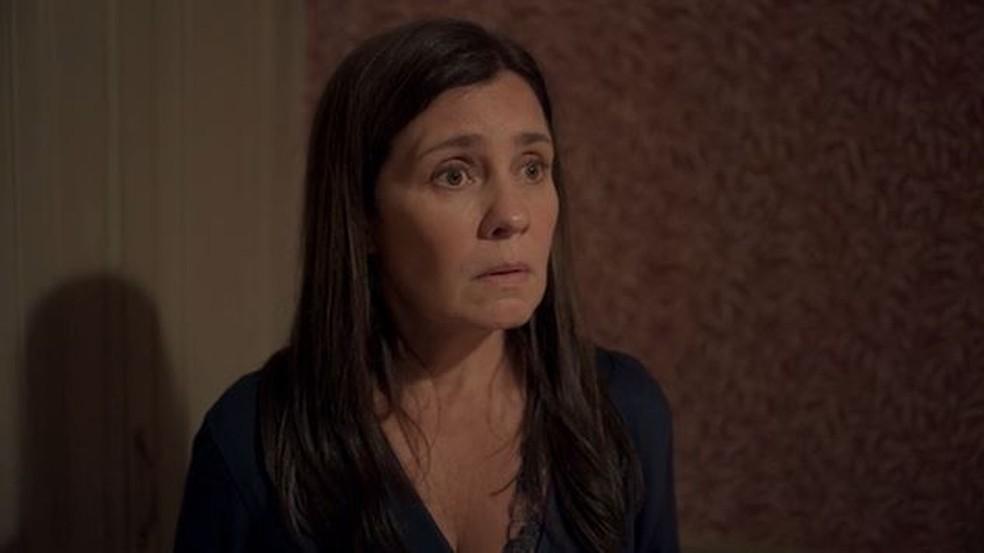 Thelma (Adriana Esteves) é pressionada em 'Amor de Mãe' — Foto: Globo