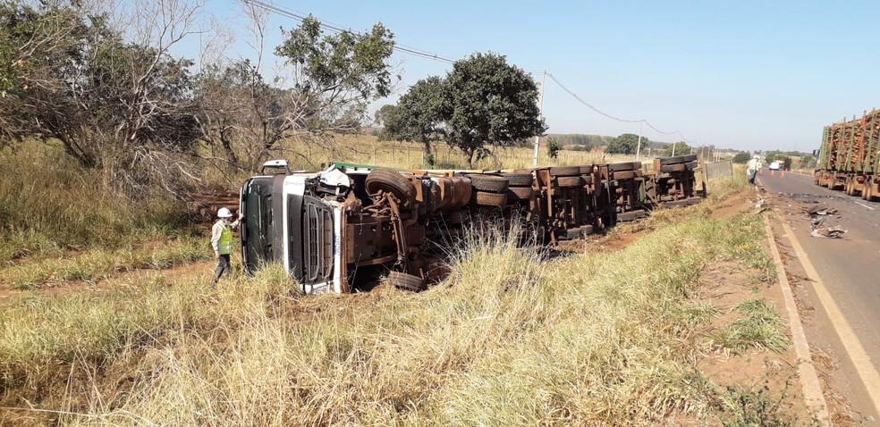 Carreta ficou tombada às margens da rodovia  Foto: Corpo de Bombeiros/Divulgação