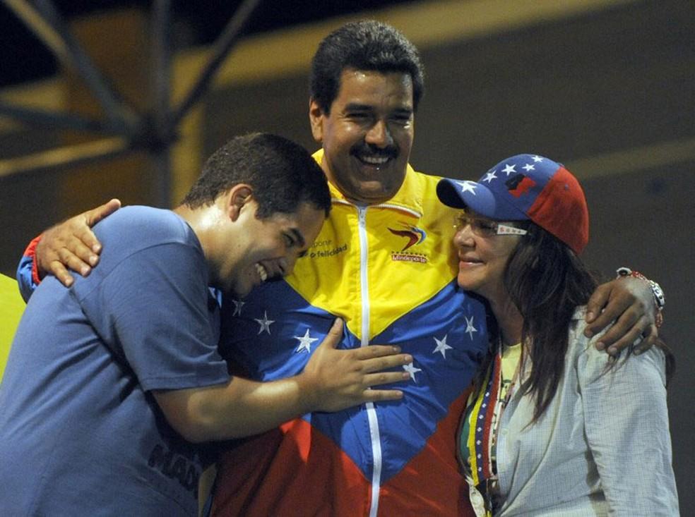 Nicolas Ernesto Maduro Guerra, filho do presidente da Venezuela, que também é conhecido com o 'Nicolasito', ao lado do presidente e de sua mulher, Cecilia Flores, em foto de abril de 2006 (Foto: Juan Barreto / AFP )
