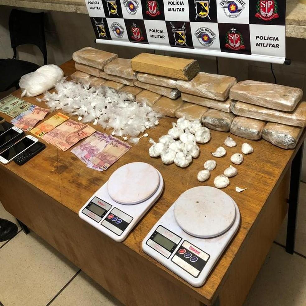 Drogas, dinheiro e utensílios para preparar a droga foram apreendidos em Rio Preto — Foto: Divulgação/Polícia Militar