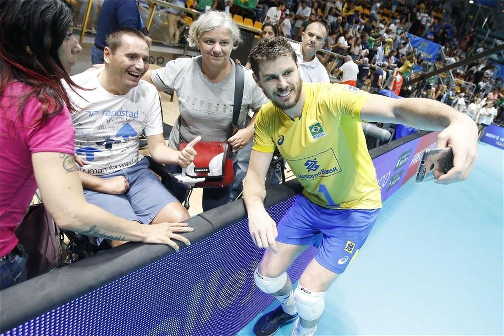 Bruninho tira foto com fãs no PalaDozza, em Bolonha — Foto: Divulgação / FIVB