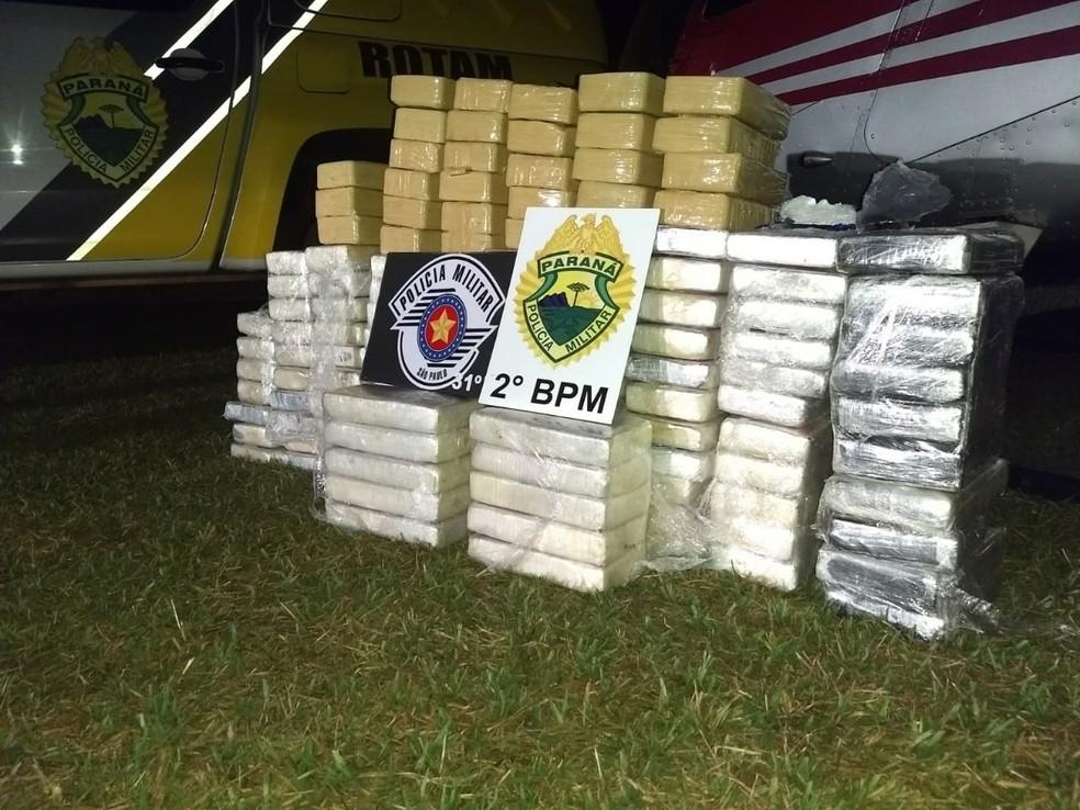 Tabletes de cocaína e crack estavam escondidos embaixo do banco do helicóptero (Foto: PM/Divulgação)
