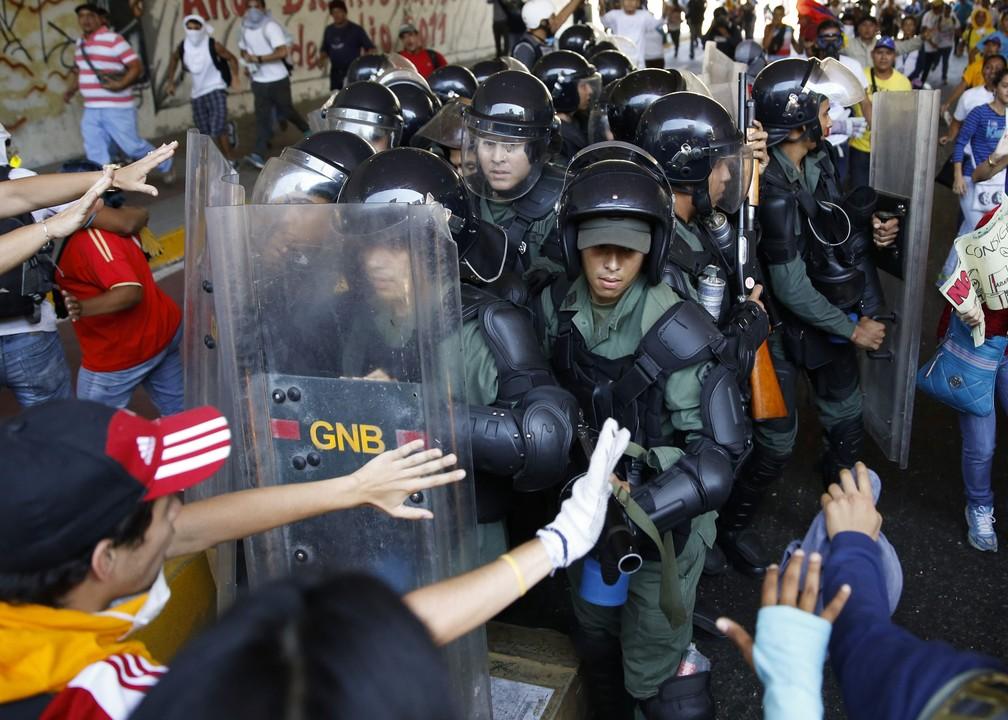 Guardas venezuelanos confrontam manifestantes anti-governo em protesto em Caracas, em foto de 12 de abril de 2014 — Foto: Carlos Garcia Rawlins/Reuters