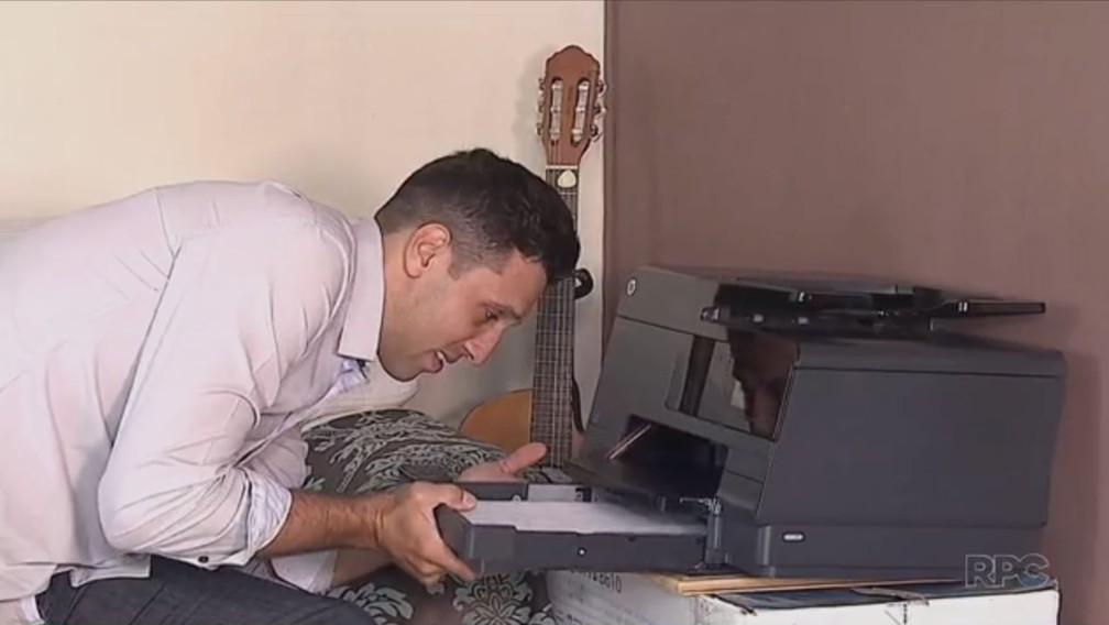 Rafael Freitas, de 30 anos, monta e imprime os documentos em casa, com ajuda da esposa (Foto: Reprodução/RPC)