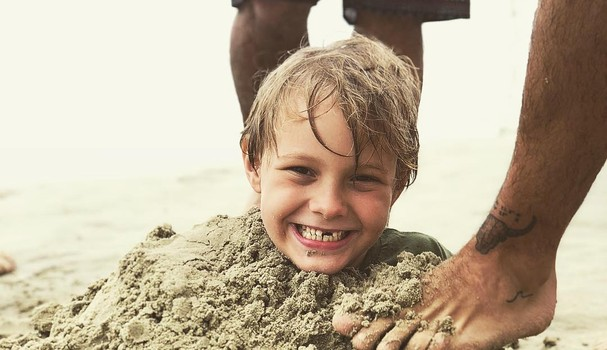 Davi Lucca posa sorridente com a brincadeira (Foto: Reprodução)