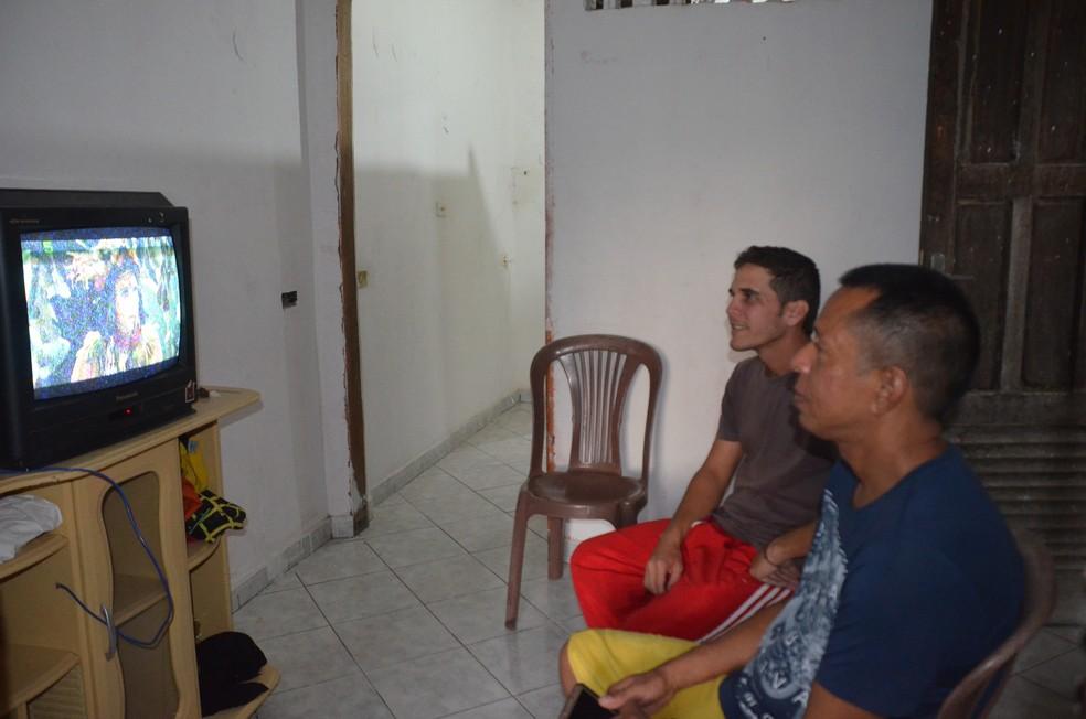 O apartamento em que venezuelanos refugiados vivem em Campina Grande é simples, mas aconchegante (Foto: Iara Alves/G1)