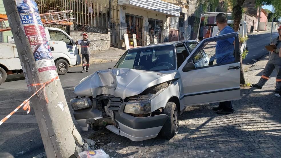 Carro bate em poste no bairro Horto, em BH — Foto: Raquel Freitas/G1