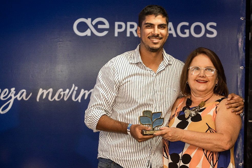 Rodrigo Cabral, da Folha dos Lagos, recebe o troféu de 1º lugar na categoria Jornalismo Impresso das mãos de Maristela Yule, Gerente Regional de Comunicação da Aegea  — Foto: Divulgação Prolagos