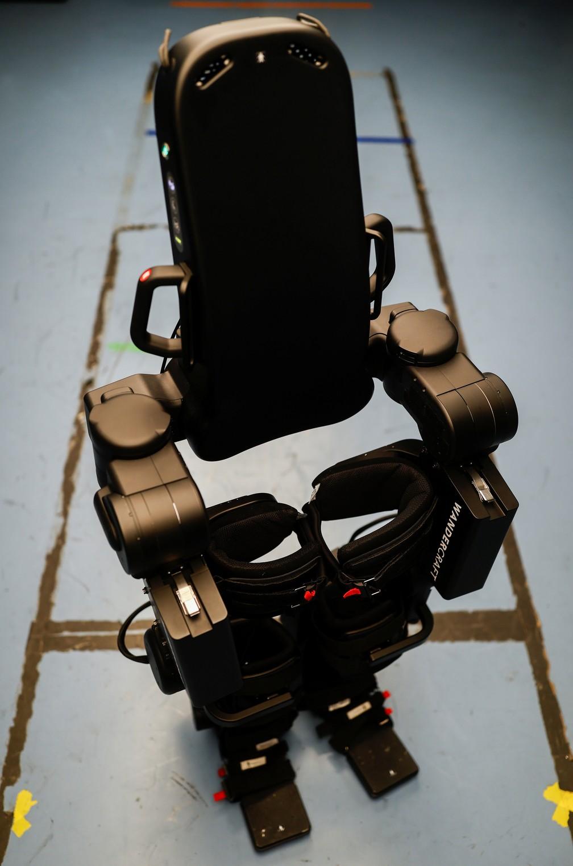 Exoesqueleto construído pela pela empresa francesa Wandercraft. — Foto: Christian Hartmann/Reuters