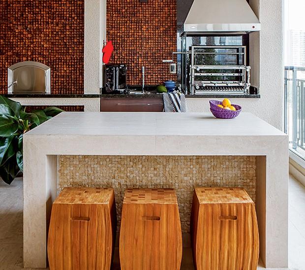 Ilha na varanda com churrasqueira é uma ótima solução (Foto: Edu Castello/Editora Globo)