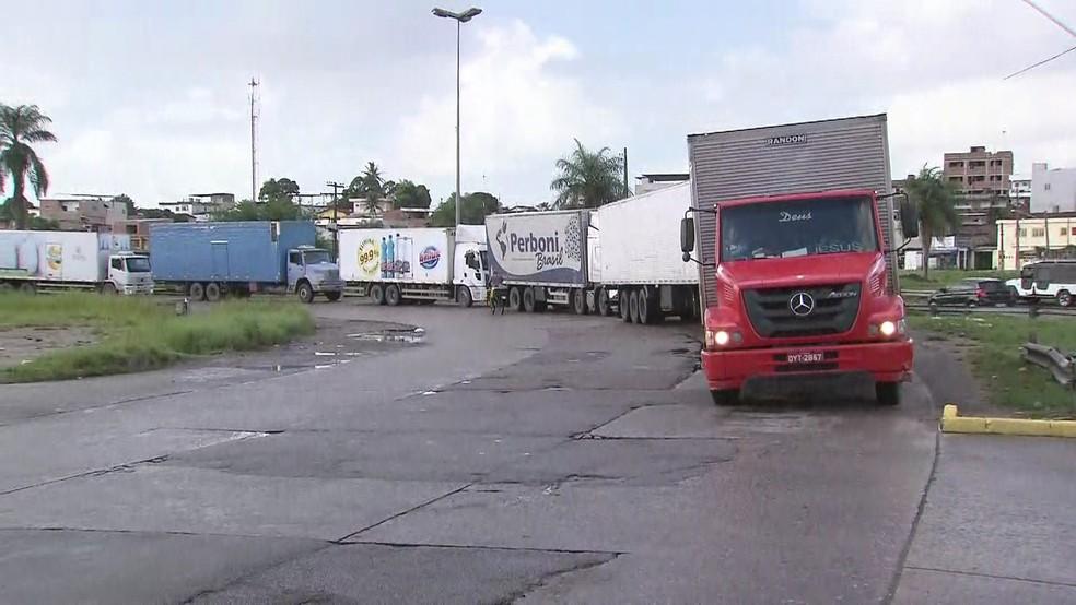 Na Zona Oeste do Recife, movimento vai voltando à normalidade no Ceasa, com fila de caminhões para descarregar nesta quinta-feira (31) (Foto: Reprodução/TV Globo)