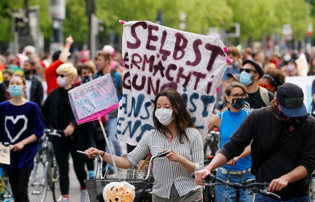 Manifestantes exibem faixas durante o Dia Internacional do Trabalho, em Viena, na Áustria — Foto: Leonhard Foeger/Reuters
