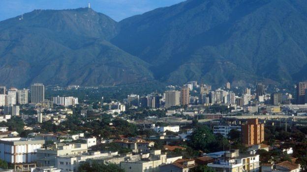 Crescimento econômico melhorou infraestrutura da Venezuela entre as décadas de 1950 e 1980; imagem mostra Caracas no ano de 1980 (Foto: BBC News)