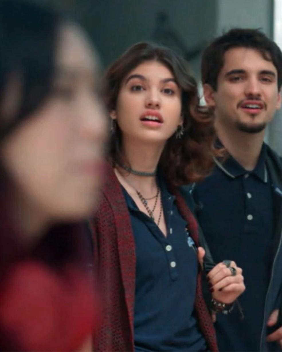 Samantha (Giovanna Grigio) flagra papo de Tina (Ana Hikari) em 'Malhação - Viva a Diferença' — Foto: Globo
