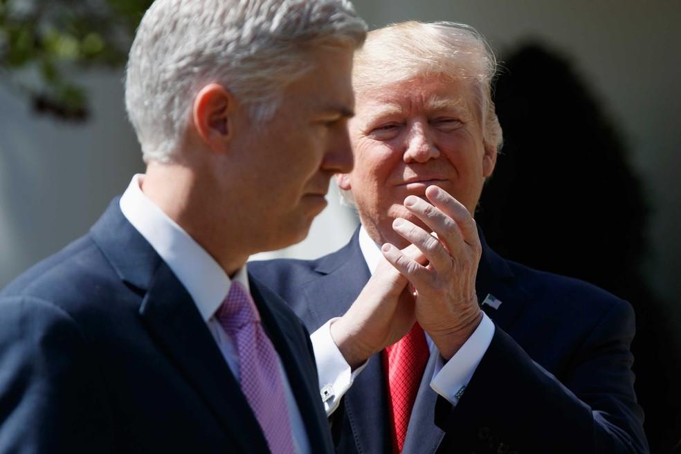 Donald Trump aplaude o novo integrante da Suprema Corte de Justiça, Neil Gorsuch (Foto: Evan Vucci/ AP)